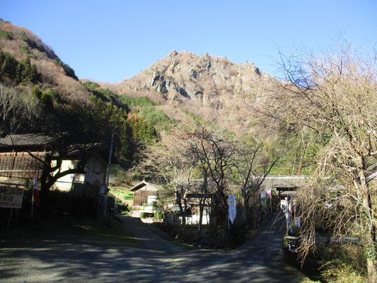 登山口には「大円地山荘」という蕎麦屋があります 生憎当日は定休日でした