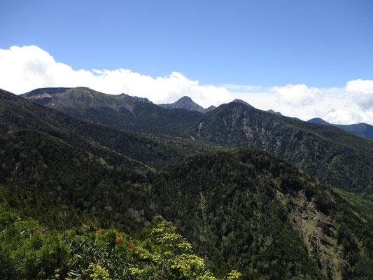 急登をこなしてようやく稜線に出たときに目にする、この大展望 みんな歓声を上げる場所です