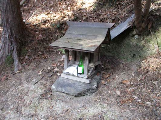 木の祠には酒と米が供えてあった