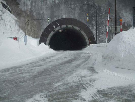 このトンネルを越えて行くと層雲峡