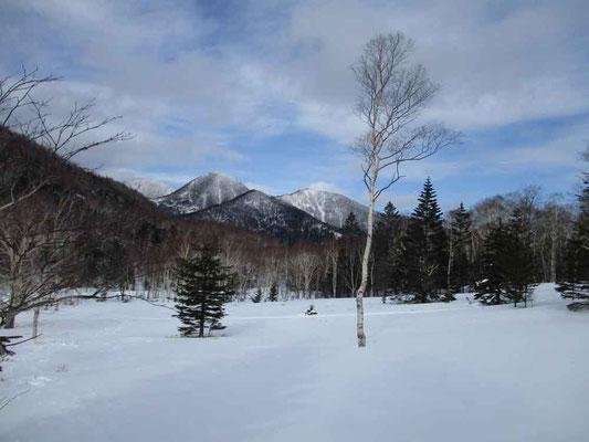午後には青空も垣間見えた駒止湖 ここには雪の時期にしか来ることができない