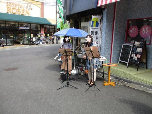 イベントの中ではギターでのデュエットや、この女性二人はフルートとバイオリンの美しい演奏で楽しませてくれました