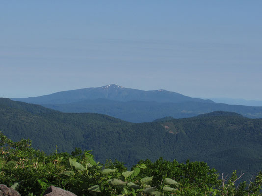 昨日登った森吉山が見える 平たく裾野を拡げた姿 その雄大さを知る