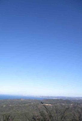 山頂からの東京方面 この日は帰省ラッシュでひっきりなしに青い空には羽田空港に着陸する飛行機が見えました