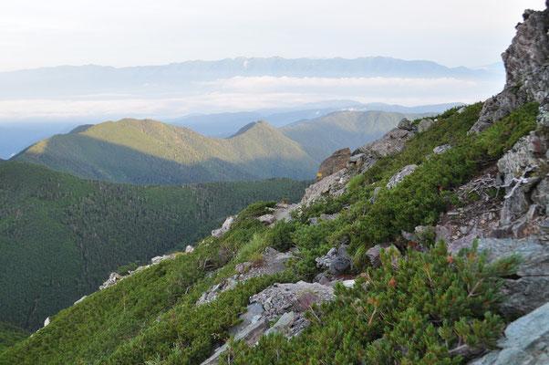 朝日を浴びている大鹿村の山並み その山稜から今居る塩見岳を何回か描いています 後ろの青い山の連なりは中央アルプス