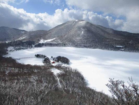 少し登ると足下に大沼(おの)が広く拡がります 向こうの山は地蔵岳