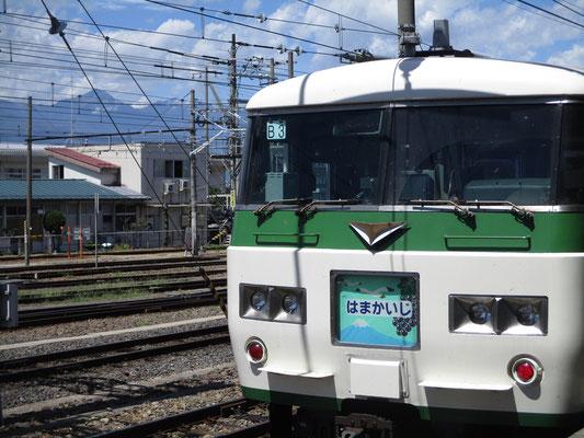 松本駅に停車中の「はまかいじ」バックには常念岳を入れてみました