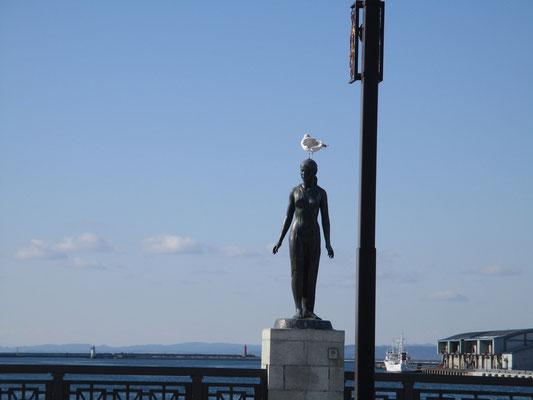 橋には春・夏・秋・冬と4つの彫像が設置されている その秋だったかの頭にカモメが…