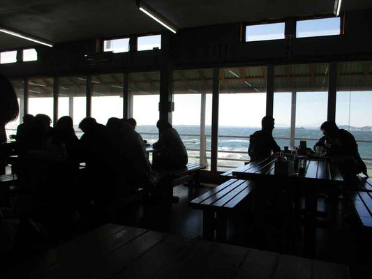 帰りに立ち寄った食事処は店内から海を見渡せる豪華さでした