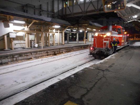 深夜の函館駅での牽引車両の交換風景 DE10で青函トンネルに入っていきます