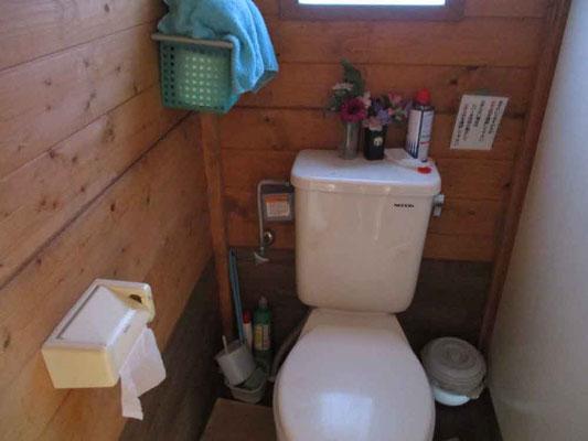 中に入ってみたら意外なことに山中のトイレとは思えない完璧な設備でした 維持管理をして下さっている方に感謝です