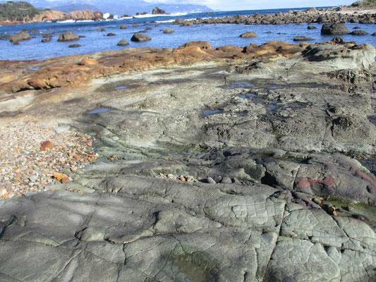 不思議な柄の岩に続く色の違う岩盤
