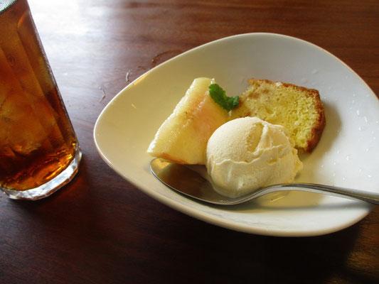 高級アイスクリームで美味 アイスクリーム好きの人には大好評 今日はオレンジケーキ添え