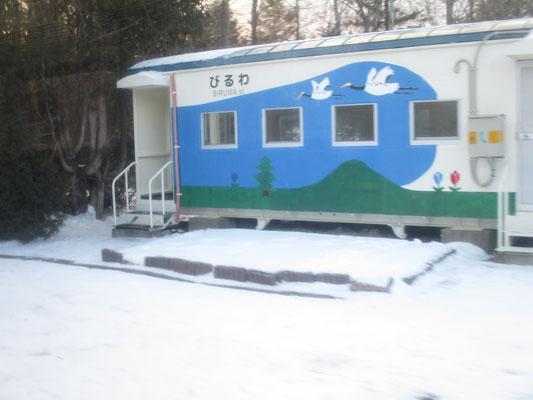 美留和駅(と言っても無人駅で駅舎は北海道によくあるタイプ、トレラー倉庫の代用)ちゃんと丹頂の絵がえがかれている