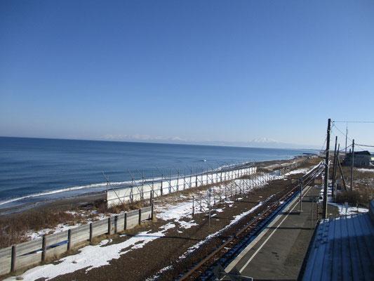 北浜駅ホームから知床岬方面を見る