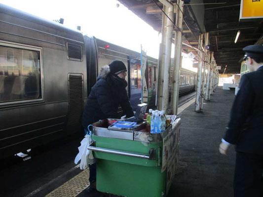釧路駅での懐かしい駅弁売り ここで駅弁を買って車内で食べるのが憧れでした