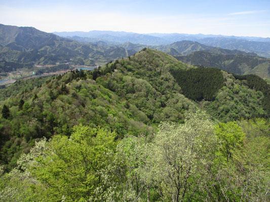 仏果山の展望台より:宮ヶ瀬ダムから辿ってきた縦走路を見下ろす 遠景には大菩薩嶺の稜線や奥多摩方面の山並みが見通せます