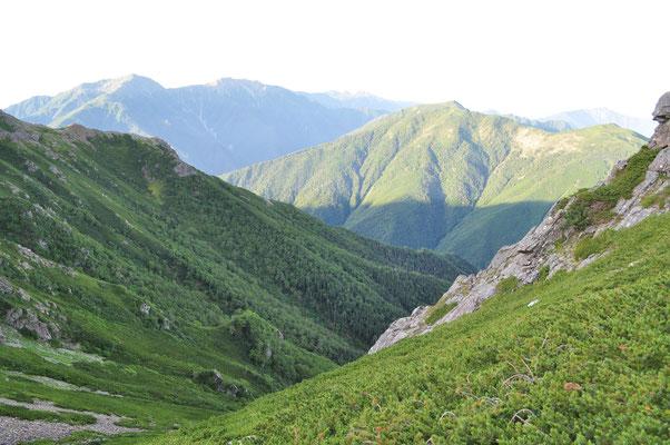 三伏峠から道を分けて行く一方が、向こうに見える小河内岳を経由し荒川岳に連なる縦走路 長大なコースです