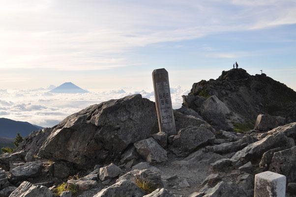 塩見岳山頂に到着! 西峰(3047m)と東峰(3052m)があります