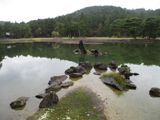 「出島石組と池中立石」