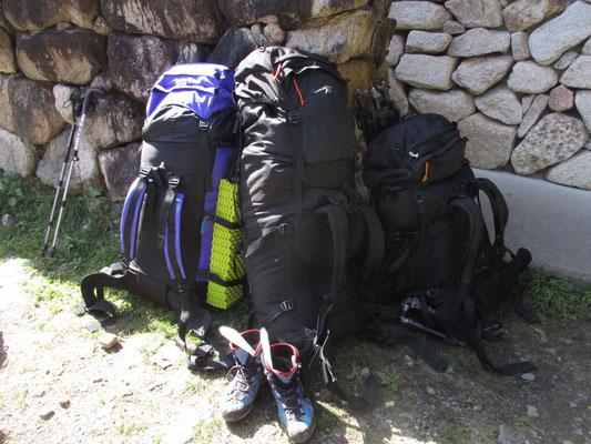 登山口に到着 NHKクルーの歩荷役のザック でかい・・・