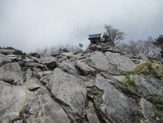八海山神社 手前の岩盤がまるで「御神渡り」のように盛り上がり連なります 火山性の山であることが如実に感じられる箇所
