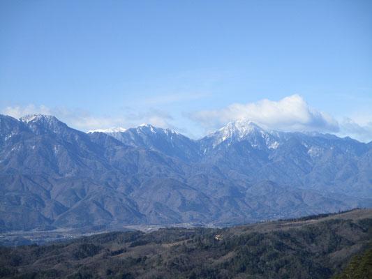 甲斐駒ヶ岳も立派 左の青い稜線上に真っ白に見えるのは仙丈ヶ岳