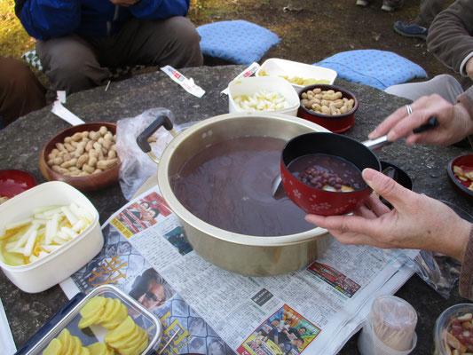 焼けたお餅を入れてお汁粉を注ぎ・・・絶品の美味しさ!