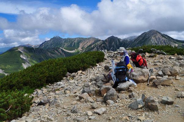 山頂で薬師岳方面をスケッチ