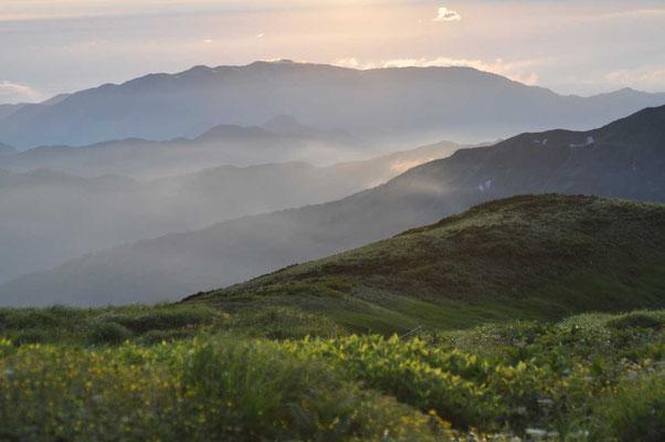 朝の光に煙る山並み 大日岳に向かう途中