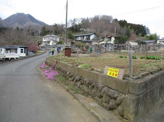 荻野地区の真弓川付近には道標もあります