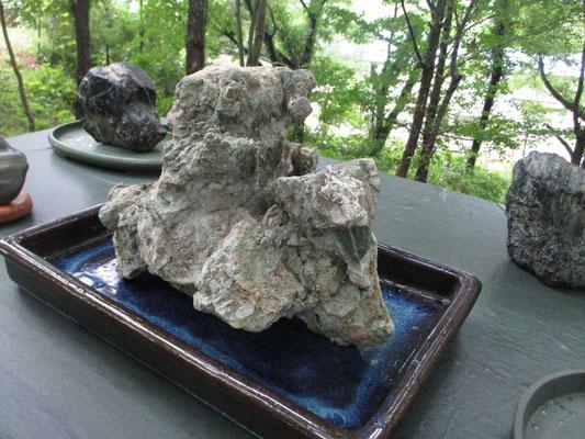 大理石の混ざった美しい石 雨に濡れてひときは青い色が際立ち美しかったです