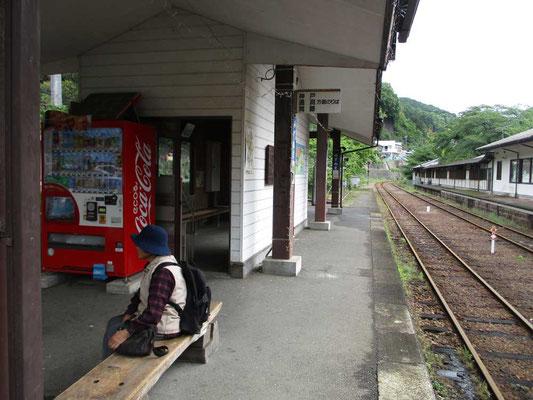 水沼駅ホームで駅前にやって来る代行バスを待っているおばあさん一人