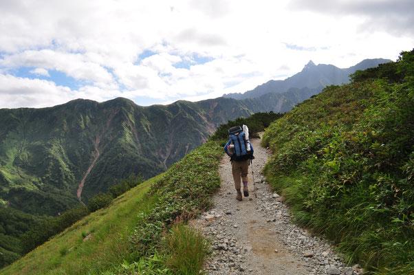 槍ヶ岳を正面に下山