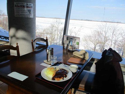 昼食に立ち寄った道の駅「スワン44ねむろ」は全面ガラス張りで、目の前に拡がる風蓮湖とそこにやってくるオオワシやオジロワシを眺めながら食事ができます