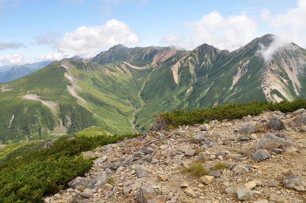 三俣蓮華岳の三角点より鷲羽岳・ワリモ岳・水晶岳、そして下に黒部源流、左の高台は雲ノ平と一望