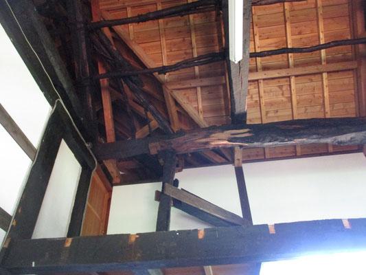 その古民家内 上を見上げると高い天井の梁は昔のものをそのまま残しています