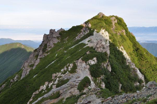山頂近く 振り返ると今よじ登ってきた岩峰がカッコいいです