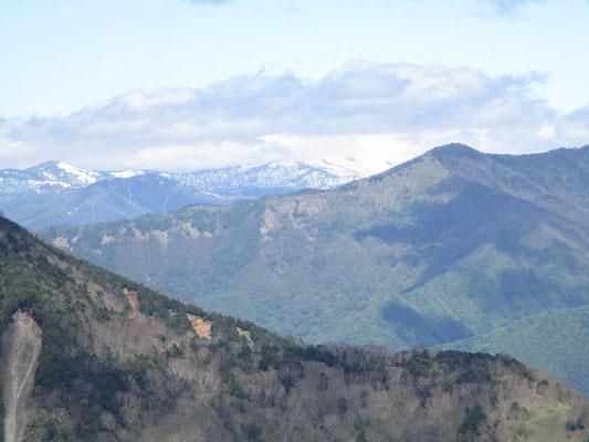皇海山と日光方面の間に遠く真っ白な山並みが見えました。どうやら尾瀬の至仏山方面のようです