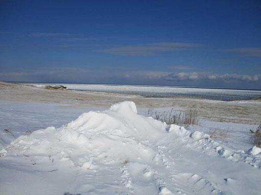 海側を見ればこのような景色が続きます ひたすら平面的に拡がる構図、遠くの白さは氷結しているオホーツク海です
