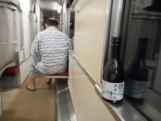 こうした光景も見納めです 裸足にスリッパ、すぐ浴衣に着替えビールをプシュ〜!