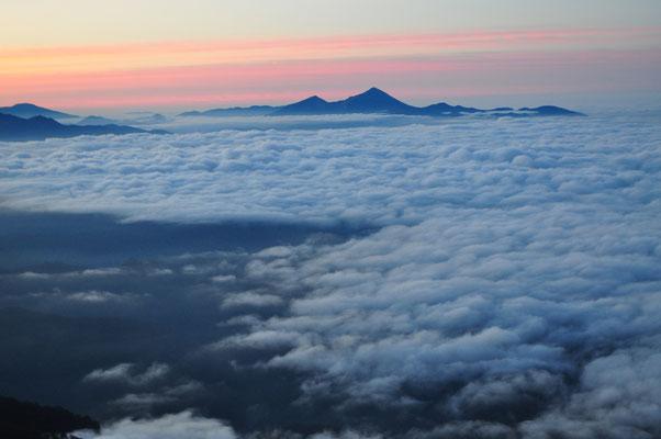 黎明の雲海に浮かぶ磐梯山