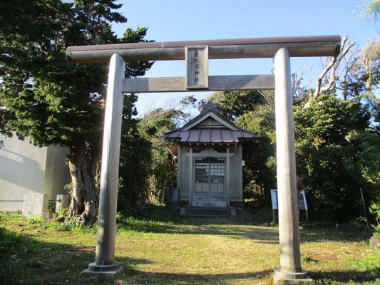 恵比須島です ここは古代人が「海の神」に祈りを捧げた場所とのこと 今ではすぐ隣に燈台(指向灯)が建っています