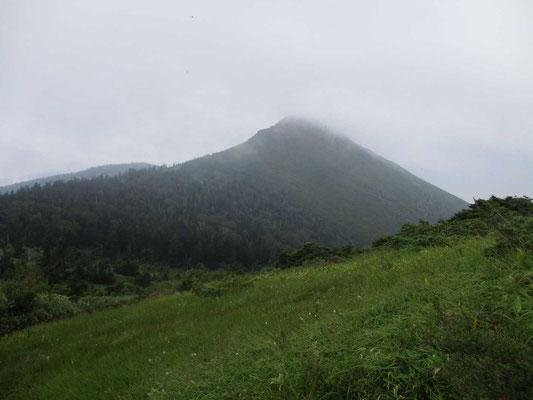 登頂を終えて振り返り見る笠ヶ岳
