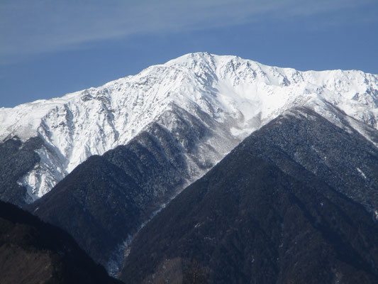 中央には間ノ岳 両脇の名役者と肩を組んでいるように見えます