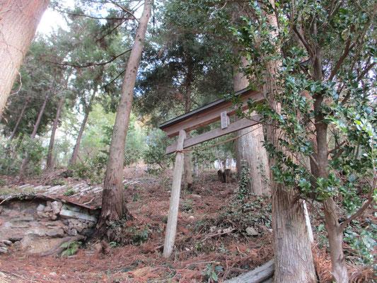 「天王山」の鳥居と炭焼き窯