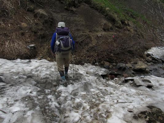 下は沢水が流れている 暖かさでまもなく崩れそうな沢の残雪