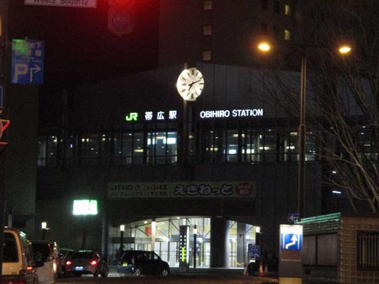 すっかり暗くなった帯広駅 もっと賑わっているのかと思っていましたが、大きな駅前は人もまばらで静かでした
