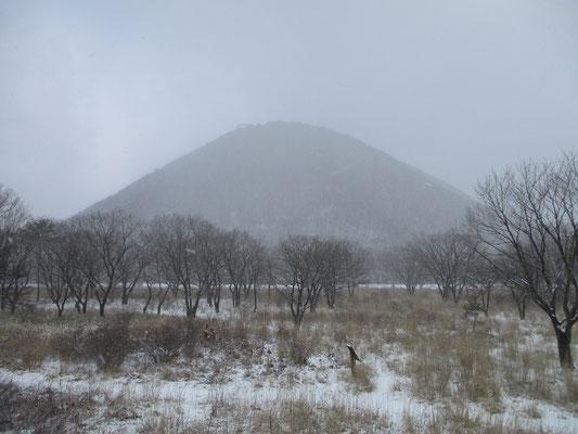 雪にけむる榛名富士