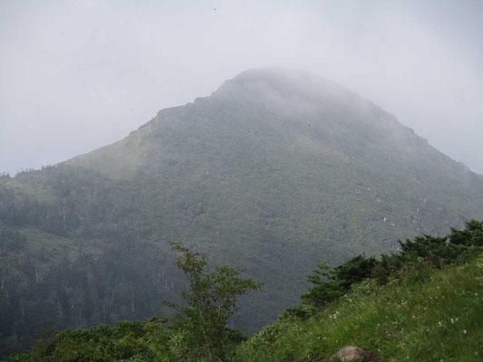 霧に煙る笠ヶ岳